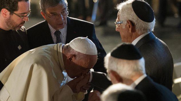 papież całuje ręke żyda