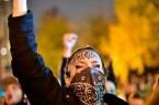 To już nie są żarty: przed dwoma dniami, podczas demonstracji anty-Trumpowskiej w Portland, zginął zastrzelony człowiek. Robi się wiec coraz goręcej. Tym bardziej warto wiedzieć, kto stoi za tym narastającym […]