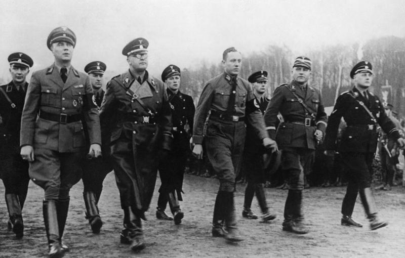 MANIFESTACJA PRZEDWYBORCZA GDANSKIEJ NSDAP. OD LEWEJ - ZASTEPCA GAULEITERA I PREZYDENT SENATU GREISER, GEN. VON DEM BACH-ZELEWSKI, AULEITER RADCA STANU FORSTER, SA-BRIGADEFUHRER HACKER, SS-BRIGADEFUHRER KOPPE. ADM SYG II-3803 NR. NEG. R 38525