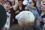 """Uzależnieni od fake newsów """"wściekli"""" widzowie TVN manifestowali w Warszawie swoje niezadowolenie. Zebrani w formie pikiety manifestanci wykrzykiwali m.in.: My jesteśmy konstytucją, a wy co, a wy co?! Buduj PiS-ie […]"""