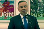 Podczas wizyty w USA prezydenta Dudy, w trakcie złożenia wieńców pod Pomnikiem Katyńskim w Jersey i krótkiego spotkania z burmistrzem Fulopem, policja USA zakazała Polonii eksponowania polskich flag, a osoba, […]