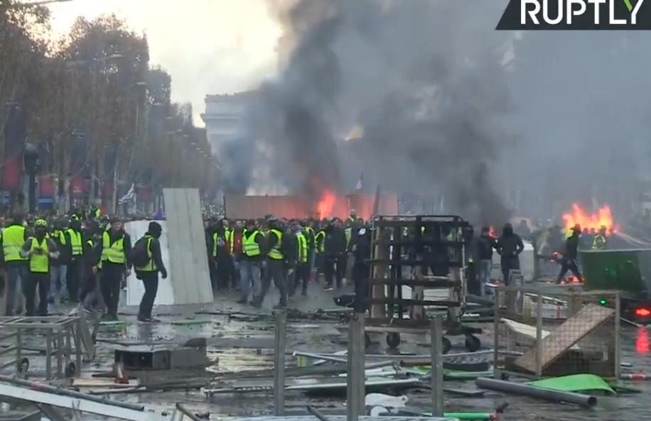 """Kolejny dzień protestu w Paryżu. """"Żółte kamizelki"""" protestują przeciw podwyżkom akcyzy na paliwo.  Zdjęcia i filmy"""