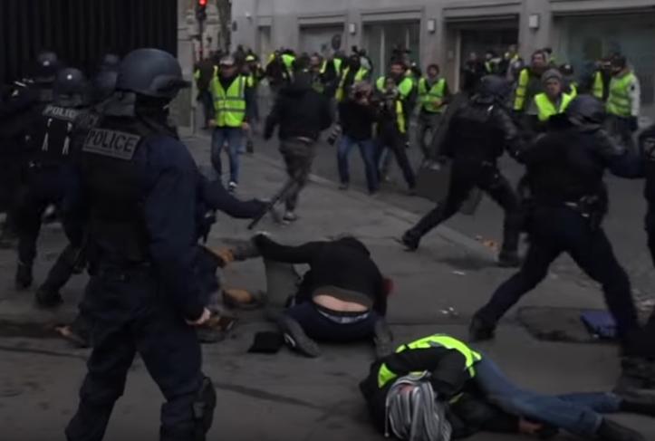 """Wczoraj [8.12.2018] mieliśmy kolejne starcie w walce miedzy """"żółtymi kamizelkami"""", a rządem Macrona we Francji. Sobotnie manifestacje przyniosły klęskę stronie rządowej. Nie pomogło wycofanie się z zapowiedzi podwyżek akcyzy na […]"""