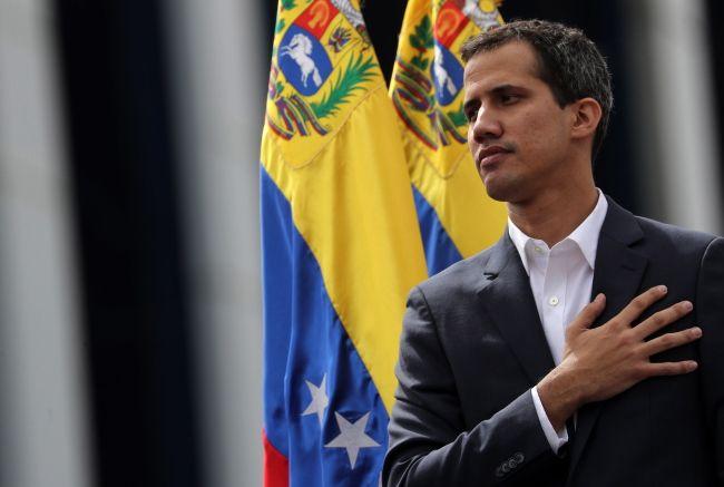 """""""Zamieszki w Wenezueli: w protestach zginęło już 13 osób. USA uznały przywództwo Guaido""""/link/ Na zdjęciuJuan Guaido, samozwańczy prezydent Wenezueli, tamtejszy """"obrońca demokracji"""". Źródło grafiki: https://www.salon24.pl/newsroom/928608,przewrot-w-socjalistycznej-wenezueli-trump-uznal-za-lidera-opozycji-za-tymczasowego-prezydenta"""