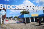 """Wśród 21 postulatów Międzyzakładowego Komitetu Strajkowego w Stoczni Gdańskiej z 17 sierpnia 1980 r, spisanych na tablicach, którezawisły na osłonie dachu portierni stoczniowej bramy nr 2zwraca uwagę postulat 13: """"Wprowadzić […]"""