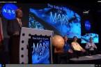 Na trwającej prawie godzinę poniedziałkowej konferencji prasowej naukowcy NASA opowiadali o odkryciu na powierzchni Marsa słonej wody w stanie ciekłym. Woda pojawia się tylko podczas letnich miesięcy, spływając w formie […]