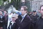 https://www.facebook.com/RuchNarodowy.net … Rozprawa już się rozpoczęła. W sali zgromadziło się ok. 40-50 osób publiczności. Więcej osób się nie zmieściło. Na korytarzu warszawskiego sądu Krzysztof Bosak relacjonuje, iż mimo zatrzymania uczestników […]